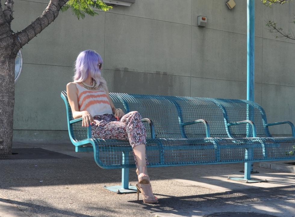 blogger de moda con cabello morado