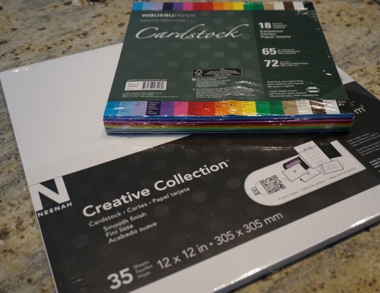 You will need card stock paper in white. And black if you like options. ~~~~~ Vas a necesitar papel tipo cartulina en blanco. Y en negro si te gusta tener opciones.