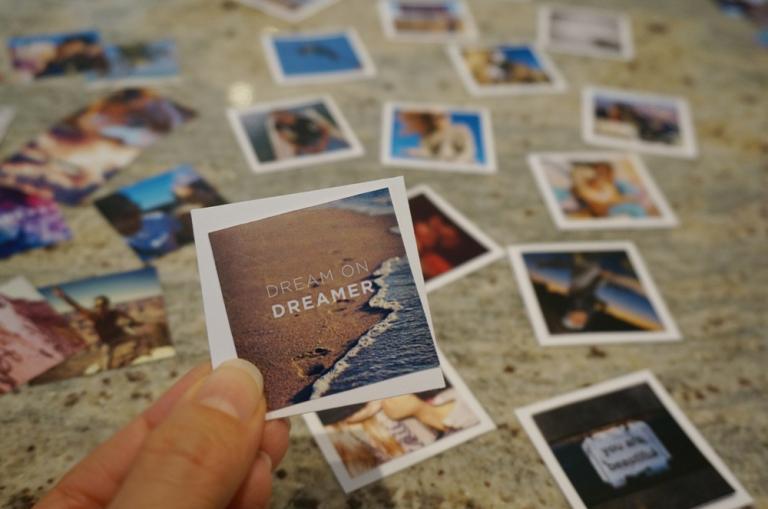 Attach pictures to card stock paper. I used scotch tape. ~~~~~ Pega las fotos con la cartulina. Yo utilicé cinta adhesiva.
