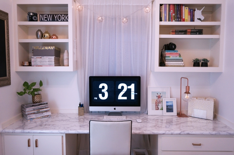 Transforma tu escritorio con papel contact de mármol